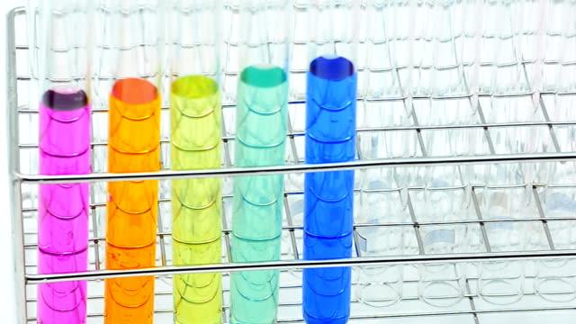 Schwenken: viele Farbe von Chemikalien in Reagenzgläser
