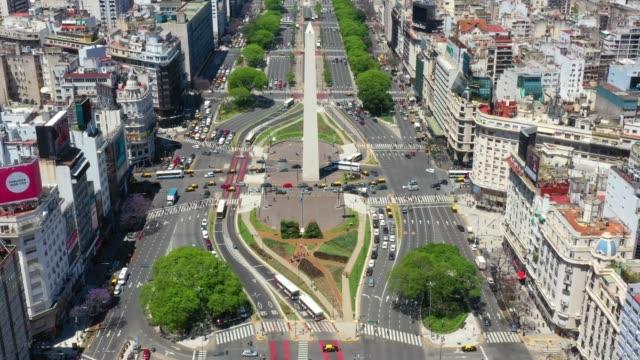 vídeos y material grabado en eventos de stock de panorámica. monumento al obelisco en buenos aires y letras verdes ba - avenida 9 de julio