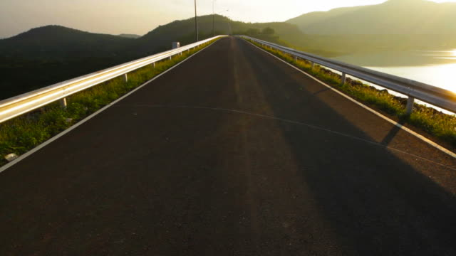 vídeos de stock, filmes e b-roll de panorama da estrada, ao lado do lago - ângulo agudo