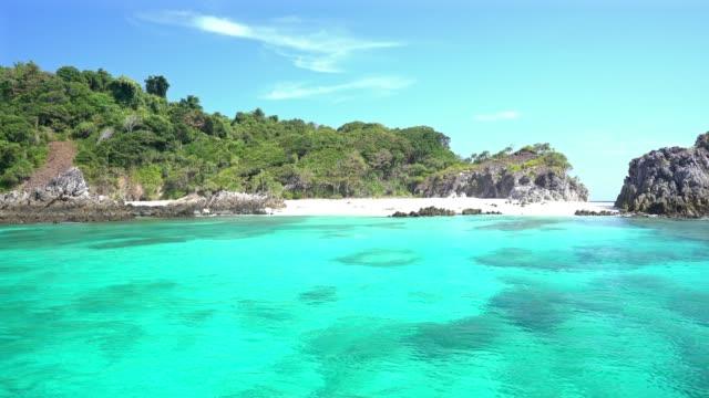 vídeos y material grabado en eventos de stock de panorámica de playa tropical de arena blanca y la onda del mar en el punto de buceo - mar de andamán