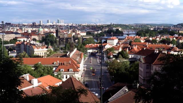 vidéos et rushes de panoramique: vieille ville de prague et la nouvelle ville de prague le long de la rivière moldau sous le coucher de soleil - ligne de tramway