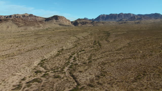 vídeos y material grabado en eventos de stock de panning over an expansive big bend landscape, with burro mesa and the chisos mountains on the horizon. - mesa cenital