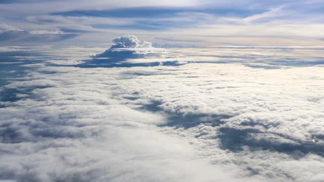 vídeos de stock, filmes e b-roll de panning sobre nuvens com sol ray como o paraíso - no alto