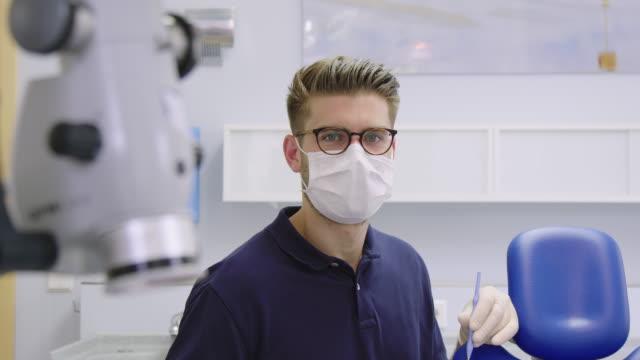 panning porträtt av manlig tandläkare på sjukhus - tandläkare bildbanksvideor och videomaterial från bakom kulisserna