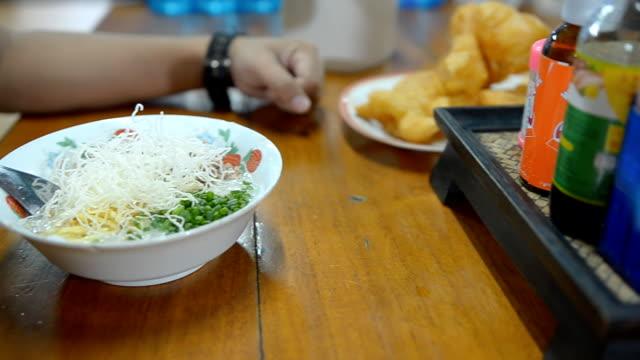 vídeos y material grabado en eventos de stock de toma panorámica: arroz congee mezclan en la mañana - hervido