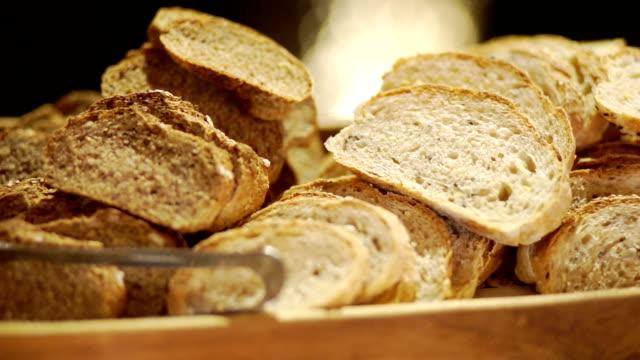 cu パンのスライスされた全粒パンの右のカメラは、結婚式のパーティーで木製トレイにサーブ。 - 一斤点の映像素材/bロール