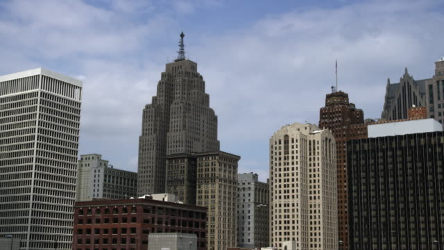vidéos et rushes de panning right shot of the detroit skyline. - détroit michigan