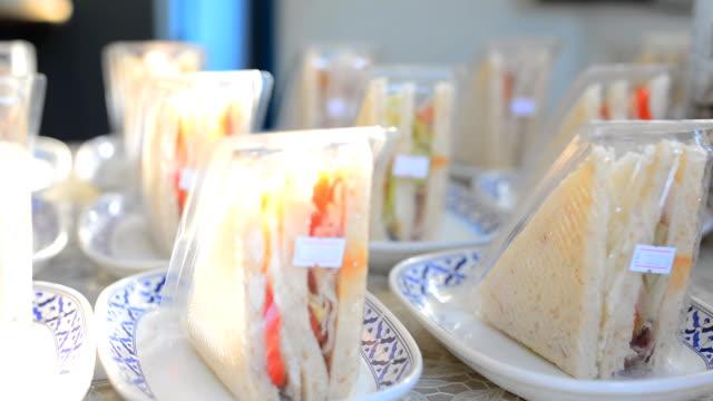 パン: 日光の下で販売のサンドイッチ - ビニール袋点の映像素材/bロール