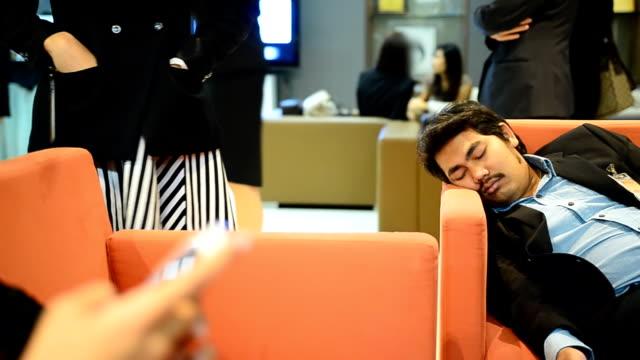 Schwenken: senior portly Mann schläft