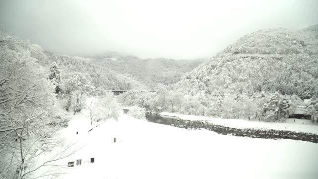 パン: 冬の白川郷 villagei から庄川流域 - 雪が降る点の映像素材/bロール