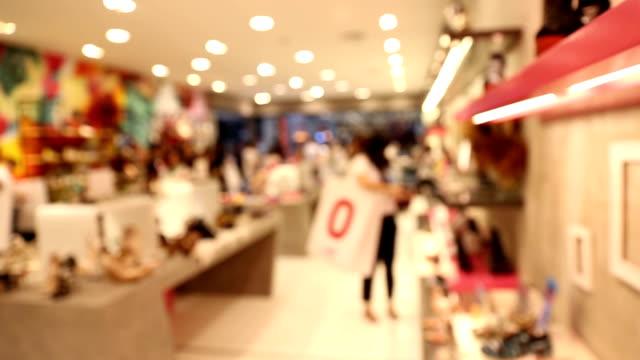 stockvideo's en b-roll-footage met panning shot: abstract wazig achtergrond van winkelcentrum voetgangers - hd format
