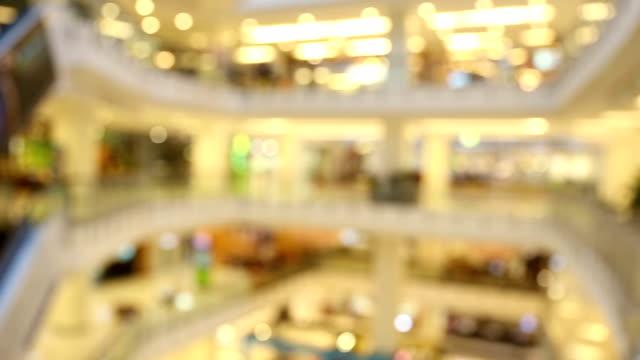 stockvideo's en b-roll-footage met panning shot: abstract wazig achtergrond van winkelcentrum voetgangers - boekwinkel