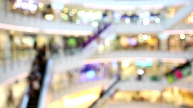 vídeos de stock e filmes b-roll de panning shot: abstract blurred background of shopping mall pedestrian - hd format