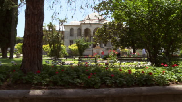 stockvideo's en b-roll-footage met panning shot across a formal garden at the topkapi palace in istanbul. - tuinpad