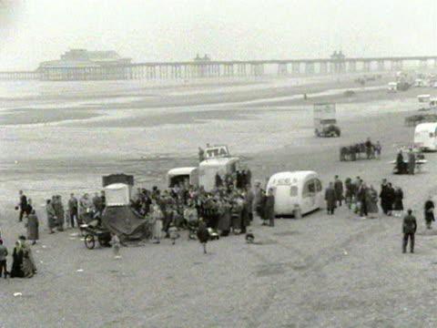 panning shot across a quiet blackpool beach 1954 - ブラックプール点の映像素材/bロール