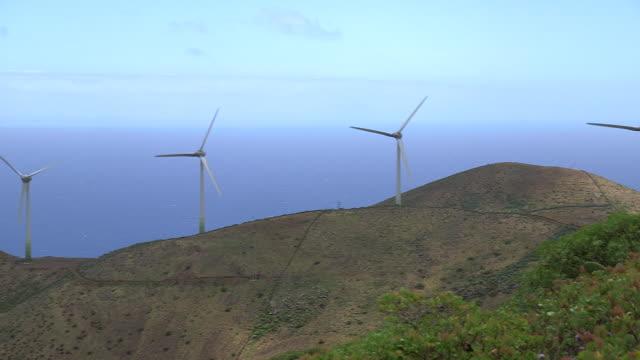 vídeos de stock, filmes e b-roll de panning shot across a wind farm on the island of el hierro. - hierro
