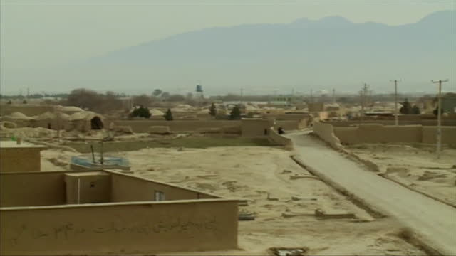 panning shot across dusty road across a settlement in mazar-i-sharif, afghanistan - village stock videos & royalty-free footage