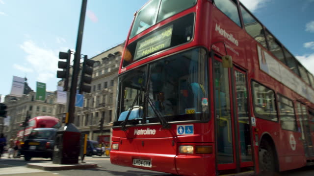 panning shot across oxford circus, london. - autobus a due piani video stock e b–roll