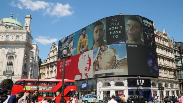 vídeos de stock, filmes e b-roll de panning shot across piccadilly circus london - picadilly