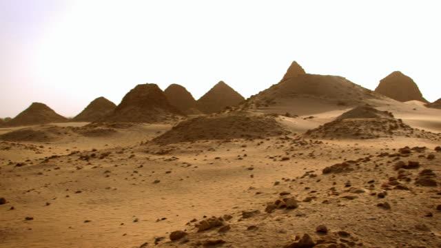 vídeos de stock, filmes e b-roll de panning shot across the ancient pyramid tombs at nuri in sudan.  - sudão