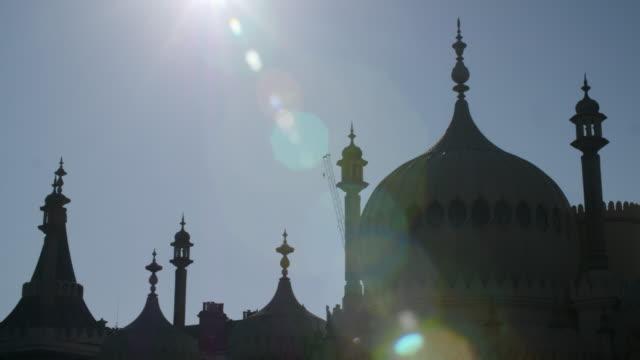 panning shot across the elaborate domes and minarets decorating brighton's royal pavilion. - イーストサセックス点の映像素材/bロール