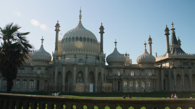 panning shot across the exterior of brighton's royal pavilion. - kuppeldach oder kuppel stock-videos und b-roll-filmmaterial
