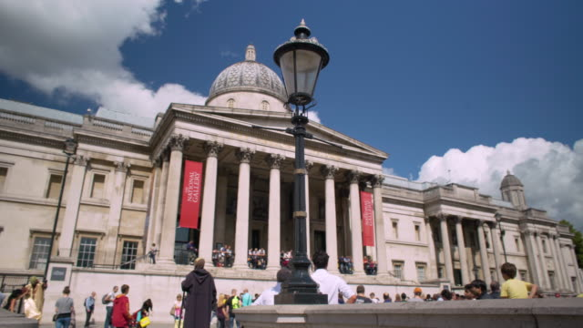 stockvideo's en b-roll-footage met panning shot across the exterior of the national gallery and st-martin-the-field. - torenspits