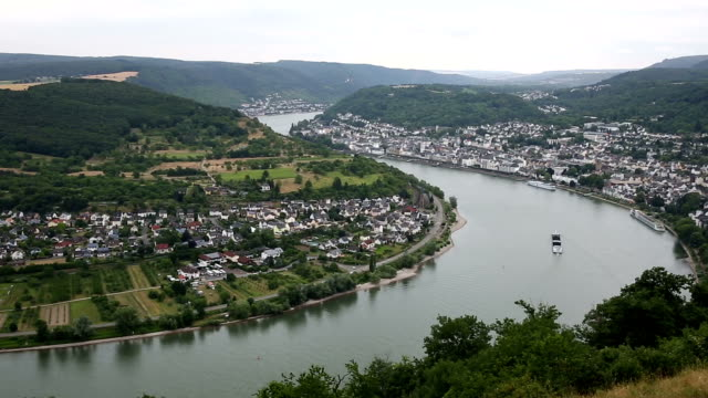 vídeos de stock e filmes b-roll de panning shot: aerial boppard cityscape germany - rio reno