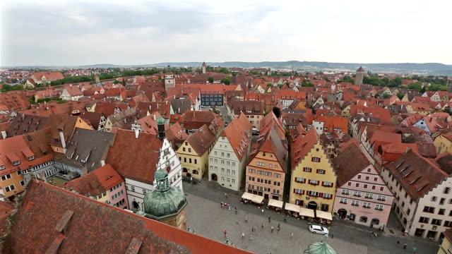 Panning Shot: aerial Fußgänger voll Rothenburg Ob der Tauber, Bavaria, Germany
