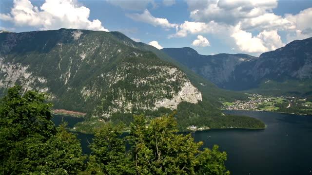 Panning Shot: Luftaufnahme von Hallstatt Dorf und See, Österreich