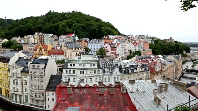 Panning Shot: Luftaufnahme der Stadt Karlovy Vary Tschechien