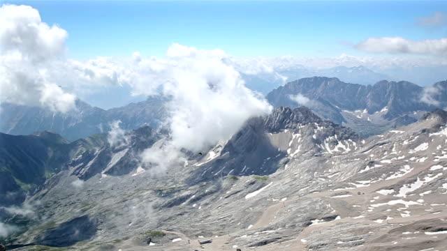 vídeos de stock, filmes e b-roll de garimpando o tiro: vista aérea zugspitze alpine alps montanhosa paisagem parte superior da alemanha - montanha zugspitze