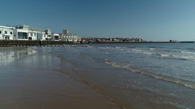 panning shot along the water at bridlington beach - bridlington stock-videos und b-roll-filmmaterial
