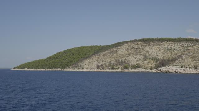 vídeos y material grabado en eventos de stock de panning shot, boats off hvar coast in croatia - cultura croata