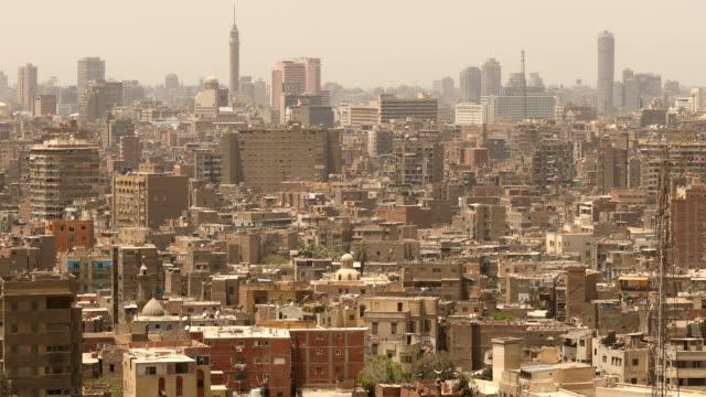 vidéos et rushes de panoramique tourné cityscape du caire en egypte - guerre