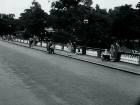 panning shot from a bridge across the serpentine river in hyde park 1949 - the serpentine london stock videos & royalty-free footage