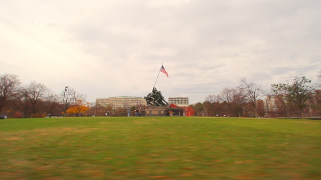 a panning shot from left to right of the marine corps war memorial. - figura maschile video stock e b–roll