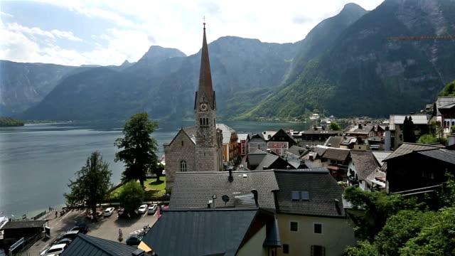 vídeos de stock e filmes b-roll de panning shot: hallstatt village cityscape lake austria - cultura austríaca