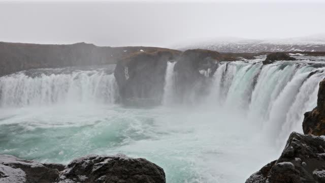 Panning shot: Godafosss waterval van IJsland in de winter met sneeuw