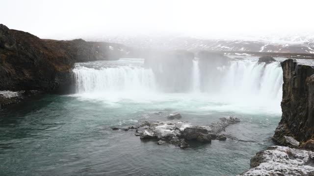 流し撮り: 雪と冬のアイスランドの Godafosss の滝