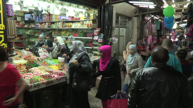 panning shot of a candy shop and shoppers - イスラエル点の映像素材/bロール