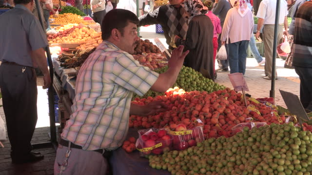 panning shot of a fruit vendor at work - turks fruit stock videos and b-roll footage