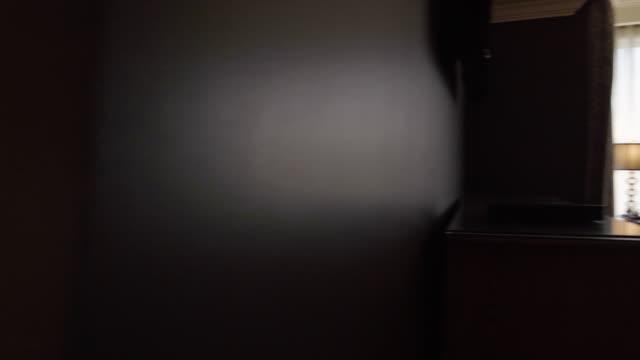 vídeos de stock, filmes e b-roll de panning shot of a hotel apartment - marrom