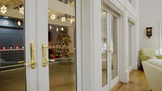 panning shot of a living room at christmas - 片付いた部屋点の映像素材/bロール