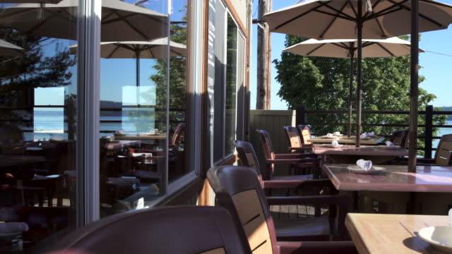 panning shot of a restaurant terrace during daytime - 席点の映像素材/bロール