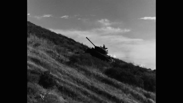 panning shot of armored tank moving up hill - 戦車点の映像素材/bロール