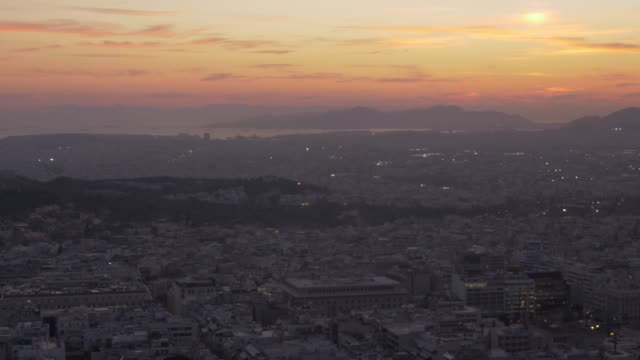 panning shot of athens and the acropolis from path on mount lycabettus at dusk, athens, greece, europe - lycabettus hill stock videos & royalty-free footage