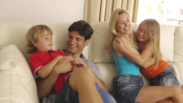 vídeos y material grabado en eventos de stock de panning shot of children and parents playing in living room/sotogrande,spain - menos de diez segundos