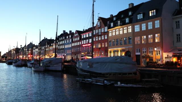 vídeos de stock, filmes e b-roll de garimpando o tiro de copenhaga nyhavn novo porto da dinamarca - copenhague