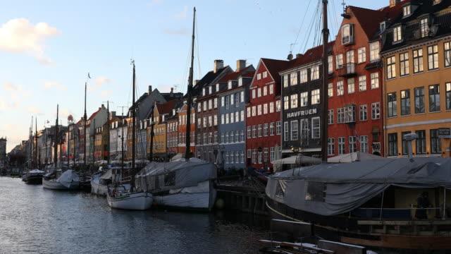vídeos y material grabado en eventos de stock de foto panorámica del puerto nuevo de dinamarca en copenhague nyhavn - copenhagen
